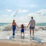 famille en vacances sur la plage nature et residence